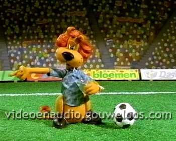 Loeki - Scheidsrechter Stuurt Bal Weg (2001).jpg